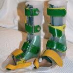 Unterschenkelorthesen aus Plaste und grünen Verschluss
