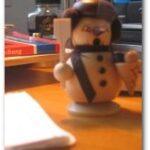 Ein Räuchermann auf dem Schreibtisch