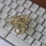 ein T-Stück vom Beatmungssystem auf der Tastatur