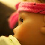 Puppe mit Stirnband