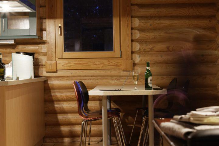 In der Hütte schreibend